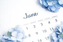6月のカレンダーとあじさいの花