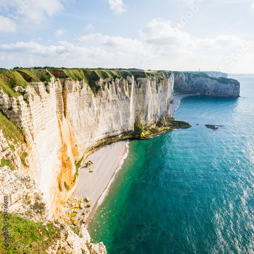 Foto Picturesque panoramic view of the Etretat white cliffs at sunset