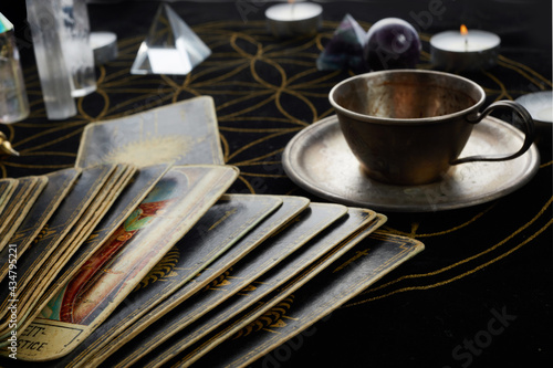 Fotografie, Obraz Fortune Telling Table with tarot cards and esoteric objects.