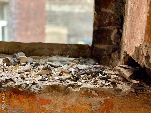 otwór okienny w starym murze