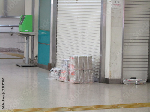 Photo 早朝の駅の売店前朝刊