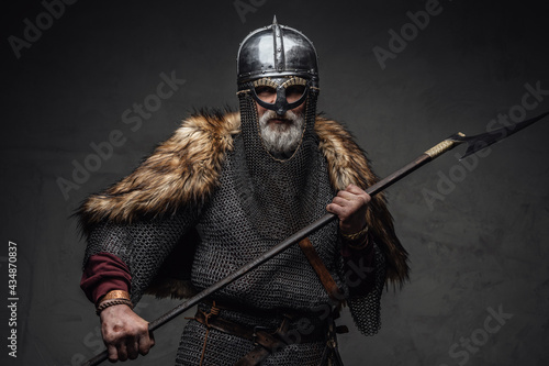 Canvastavla Violent viking fighter dressed in authentic armored clothing