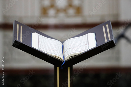 Canvastavla Islamic holy book Quran in mosque opened for reading and prayer