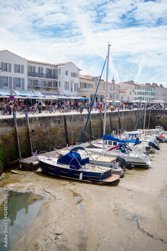 Fotomural View on the harbor of Saint-Martin-de-Ré at lowtide with boats and people walkin