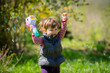 Dziewczynka puszczająca bańki