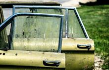 Puertas Abiertas De Un Auto Viejo Color Verde Abandonado Por Muchos Años Al Costado Del Camino