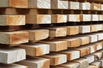 Drewniane belki z surowego drewna ułożone w deseń.