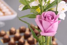 Arreglo Floral De Rosa: Centro De Mesa Con Fondo De Bombones De Fiesta.