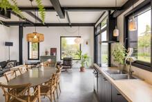 Cuisine D'une Ancienne Grange Réaménagée Par Un Architecte D'intérieur. Image Axé Sur La Décoration Et Les Matériaux.