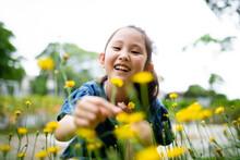 花を摘む笑顔の女の子