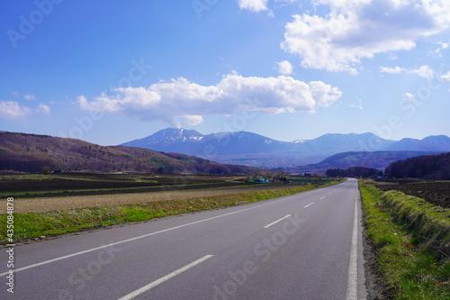 Fotografija 群馬県 田園地帯を走る嬬恋パノラマラインと遠くに見える浅間山