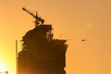 Torre Em Construção Com Guindaste O Por Do Sol