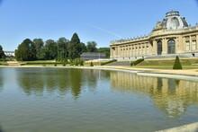 La Pièce D'eau Devant L'imposant Musée National De L'Afrique Centrale ,le Jardin Français ,le Séquoia Géant Et La Pavillon D'accueil Au Parc De Tervuren