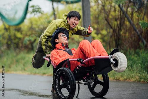 Obraz na plátně 【視覚障害】【白杖】(男性、友人)ソロキャンプ 車椅子