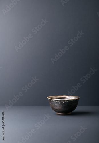 Canvastavla Traditional ceramic bowl on gray background