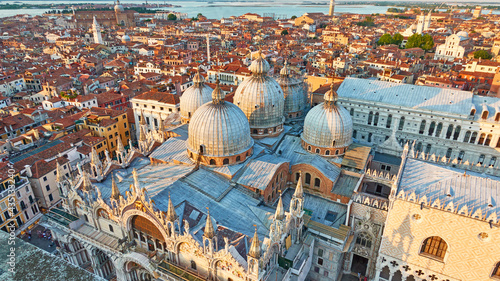 Foto Venice city with domes of Cathedral Basilica of Saint Mark