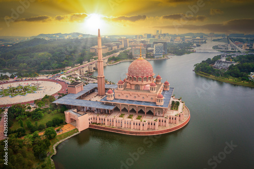Fotografia Aerial View Of Putra Mosque with Putrajaya City Centre with Lake at sunset in Putrajaya, Malaysia