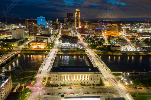 Fotografia Downtown Des Moines Iowa City Hall Night Aerial Photo Long Exposure
