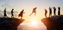 ビジネスと挑戦 谷を飛び越えるビジネスマン