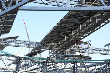 Konstrukcja pod obrotowe panele fotowoltaiczne i turbiny wiatrowe, ferma.