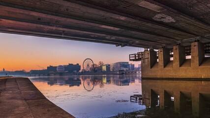 Widok spod mostu grunwaldzkiego na koło i balon przy hotelu forum