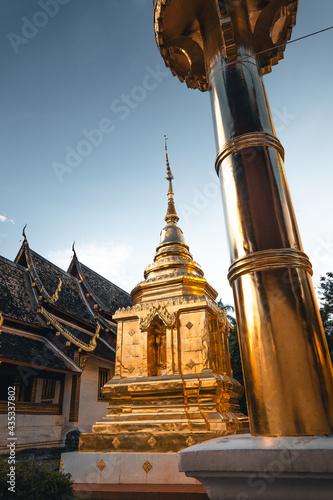 Canvas Print Golden Thai temples and pagodas