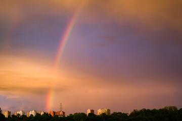 Tęcza na niebie po deszczu. Widok nieba nad miastem