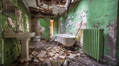 Foto Urbex : salle de bain verte - château abandonné - Hérault - Occitanie - France