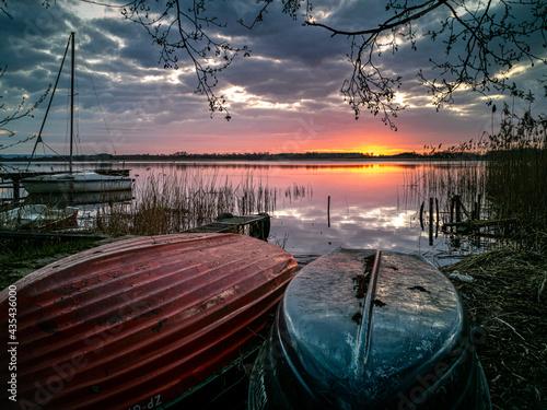 Fotografering Wschód słońca nad Jeziorem Wełtyń