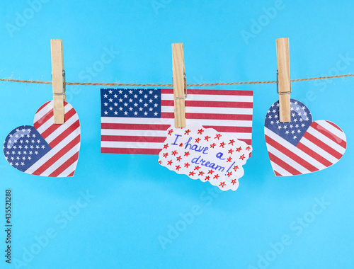 Canvastavla Hearts with the American flag and a leaf with the inscription: I have a dream, hanging from a clothesline, close-up side view