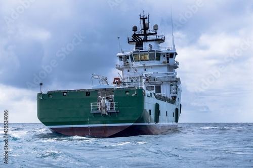 Foto the ship in the sea