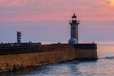 Fototapeta Fototapety z morzem do Twojej sypialni - Latarnia morska nad Oceanem Atlantyckim w zachodzącym słońcu
