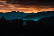 Sonnenuntergang Sonnenaufgang mit Berg und Wald Silhouette