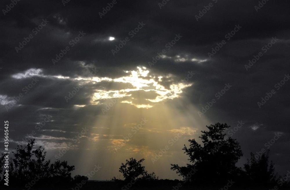Promienie poprzez ciemne chmury