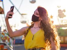 Mujer Joven Haciéndose Un Selfie En Una Feria O Parque De Atracciones