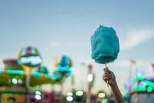 Detalle De Una Mano Sujetando Un Algodón De Azúcar De Color Azul