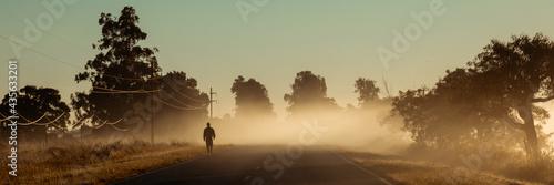 Hombre en la niebla Fototapet