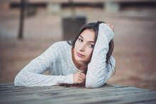 Mujer Joven Recostada Sobre El Brazo Y Seria