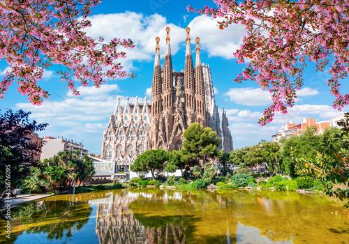 Sagrada Familia Cathedral in spring, Barcelona, Spain Fotobehang