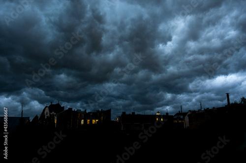 Obraz na plátně sky cloud heaven weather bad dusk gray old city roof rain