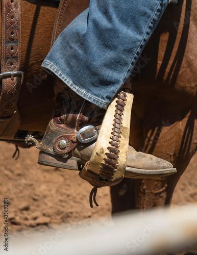 Fotografía cowboy boots, botas vaqueras montando a un caballo