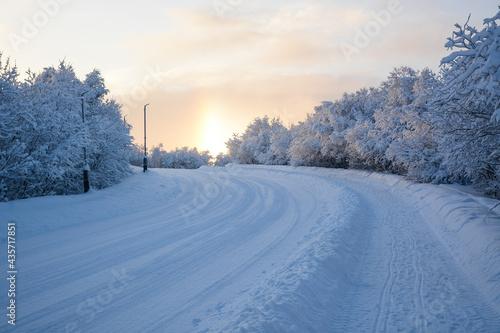 Photo MURMANSK, RUSSIA - FEBRUARY 10, 2021: Snowy road near Defenders of the Soviet Ar