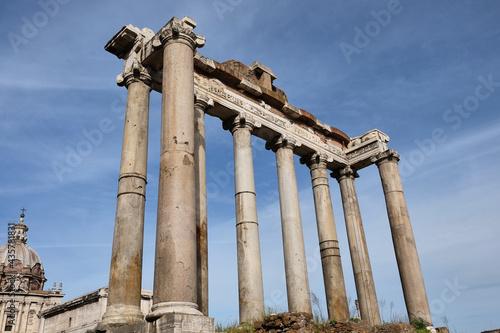 Fotografía Temple of Vespasian and Titus, ruins of the Roman forum in Rome