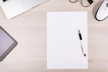 Schreibtisch Mit Stift Und Zettel, Brille, Laptop, Arbeit