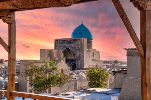Carta da parati Kalyan Mosque at Poi Kalyan religious complex in Bukhara, Uzbekistan with beautiful red sunset sky