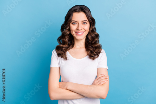 Photographie Photo of sweet confident young lady dressed white outfit smiling hands crossed i