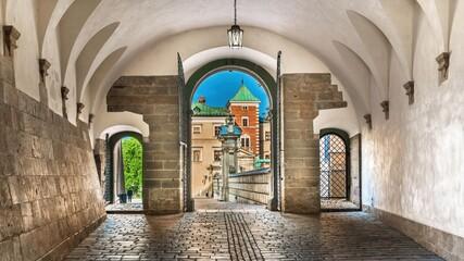 Przejście na dziedziniec na Wawelu