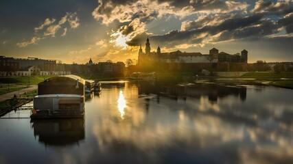 Widok na Wawel od strony Mostu Dębnickiego po wschodzie słońca
