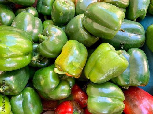 Cuadros en Lienzo Green bell peppers at a farmers market
