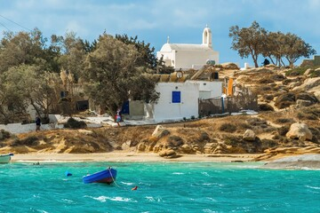 Biały kameralny kościół na greckim wybrzeżu